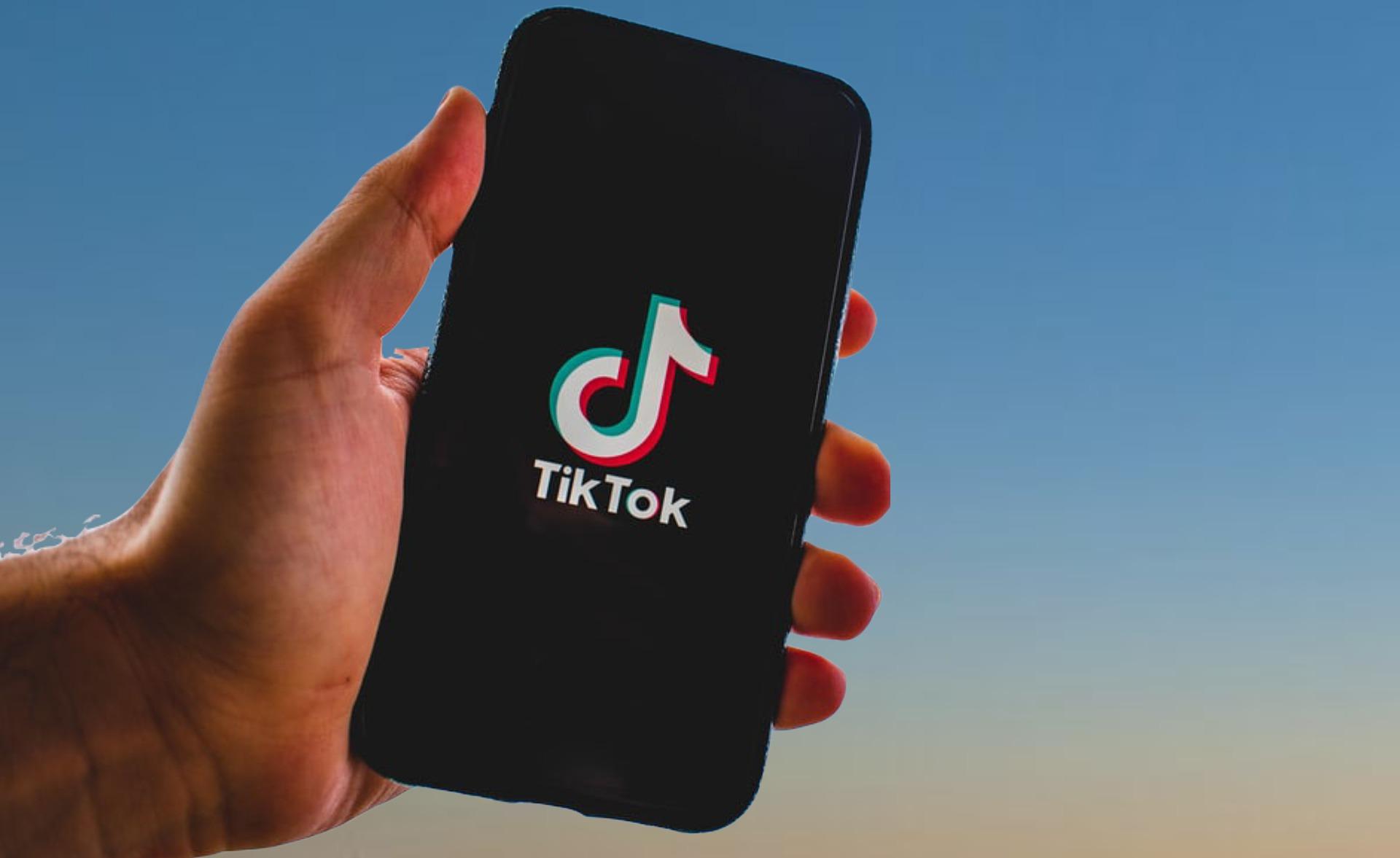 celular en mano con aplicación tiktok